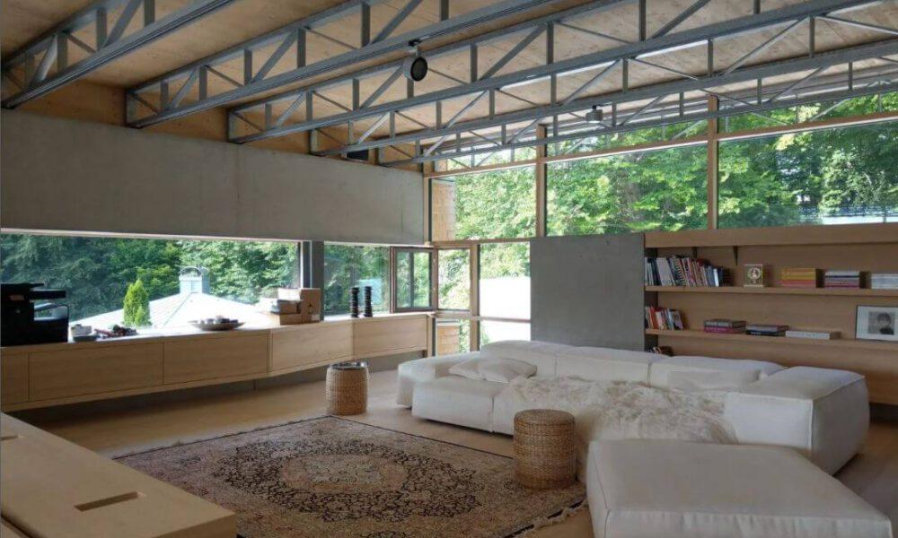 Referenzbild einer Kundenanlage - Das Wohnzimmer einer Villa mit Sichtbetonwänden und Smarthome Ausstattung
