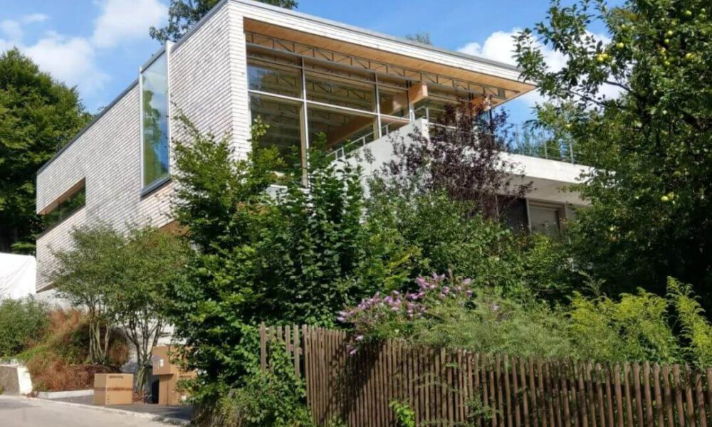 Referenzbild einer Kundenanlage - Eine Villa von Außen mit Smarthome Ausstattung