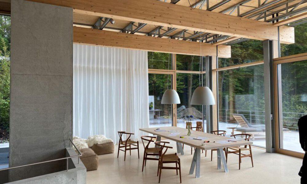 Referenzbild einer Kundenanlage - Das Ezzimmer einer Villa mit Sichtbetonwänden und Smarthome Ausstattung