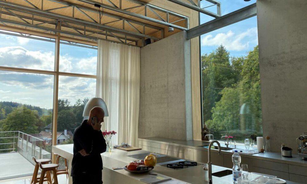 Referenzbild einer Kundenanlage - Die Küche einer Villa mit Sichtbetonwänden und Smarthome Ausstattung