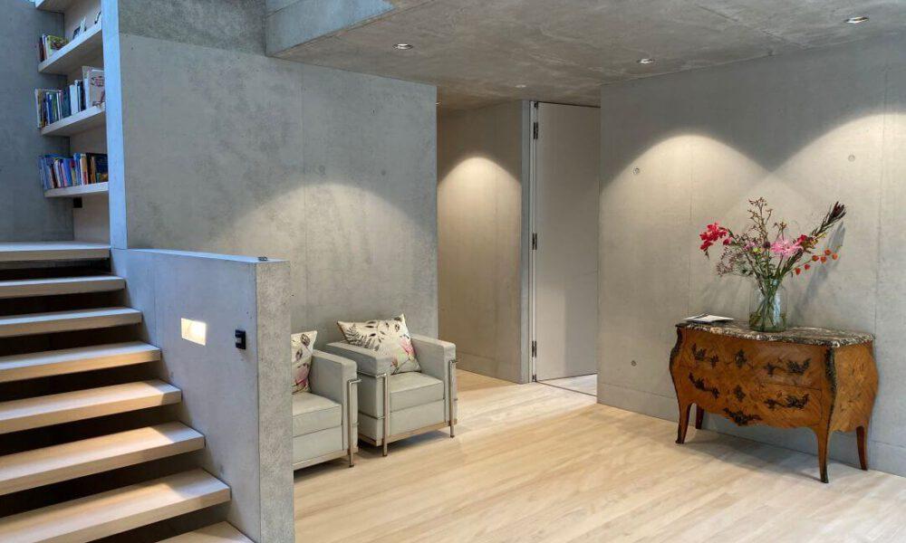 Referenzbild einer Kundenanlage - Villa mit Sichtbetonwänden und Smarthome Ausstattung