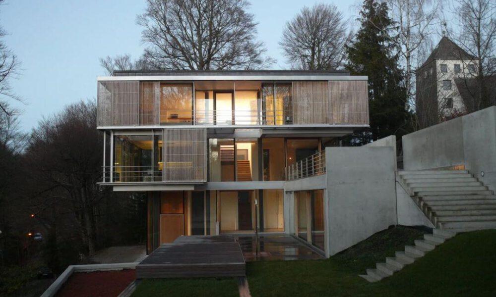 Referenzbild einer Kundenanlage - Villa von Außen mit Smarthome Ausstattung