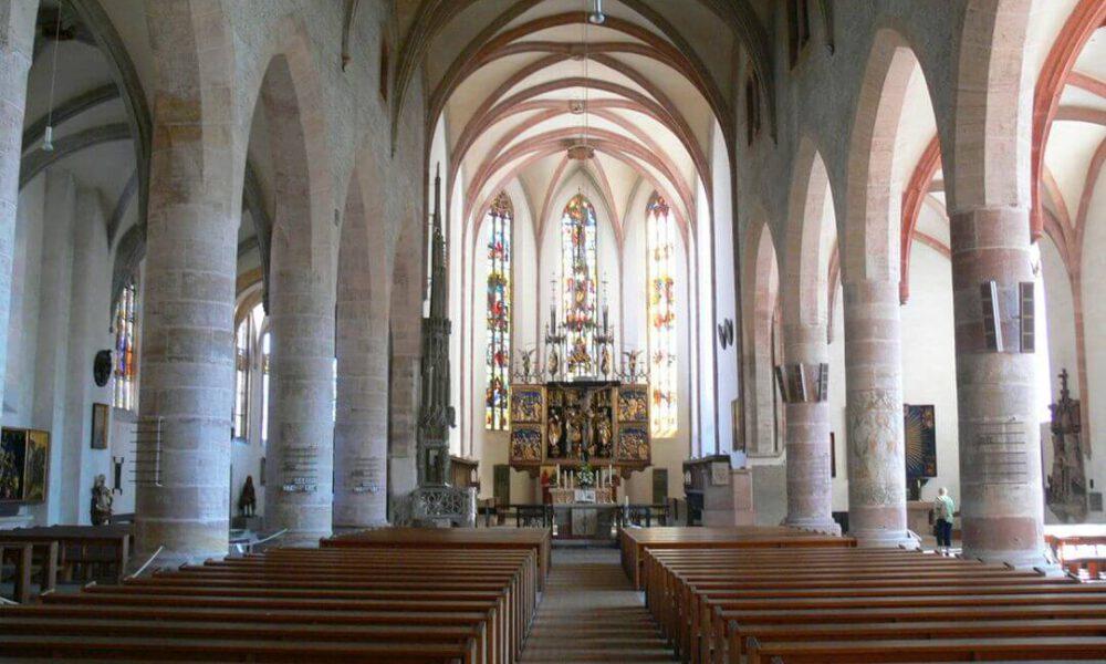 Referenzbild einer Kundenanlage - Kirche mit Blich auf Altar